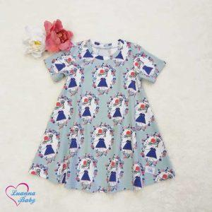 Varázslatosan szép és egyben végtelenül egyszerű nyári ruha kislányoknak, vidám kislány mintás, pihe-puha, rugalmas pamutjerseyből. Egyedi , saját készítésű, prémium gyerekruha. Öko-tex minőségi tanusítvánnyal ellátott alapanyagból. Hőségben a legjobb választás.