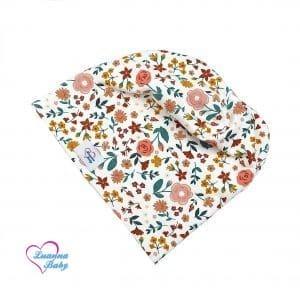 A pamuttal bélelt tavaszi , őszi csősapka vidám, mintás, öko-tex minőgégi tanusítvánnyal ellátott pamutjersey anyagból készült. A mintát csodaszép rózsaszín, bordó, mályva és narancs színeű virágok díszítik. Prémium minőségű, magyar termék.